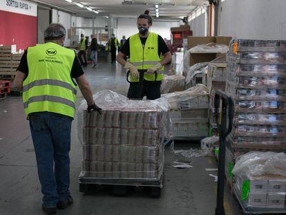 Dos voluntarios en el Banco de Alimentos de Barcelona [ALBERT GARCIA]