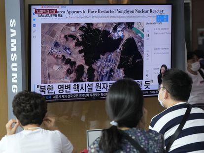 Personas en la estación de trenes de Seúl miran la pantalla de una televisión que enseña una imagen de satélite de la planta nuclear de Yongbyon, este lunes.