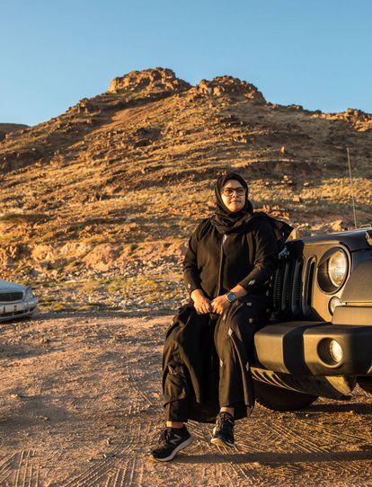 Nora Al-Sheneifi, a quien enseñaron a conducir su padre y sus hermanos mayores cuando apenas tenía 12 años, junto a su Jeep en el monte Uhud, en Medina. Dice que siempre ha conducido, y sigue haciéndolo a pesar de no haber podido obtener un carné porque en Medina aún no hay autoescuela.