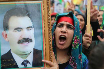 Una mujer kurda en una manifestación el 14 de marzo para pedir la excarcelación de Abdulá Ocalan, líder del PKK.