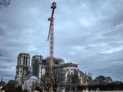 La grúa gigantesca que debe desmontar el andamiaje dañado de Notre Dame