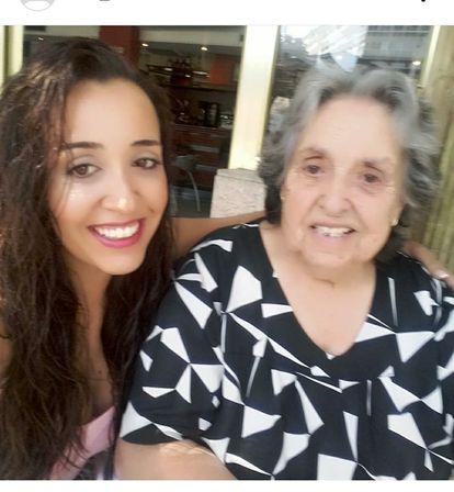 Iria Álvarez y su abuela antes de la pandemia, en una imagen cedida por la familia.