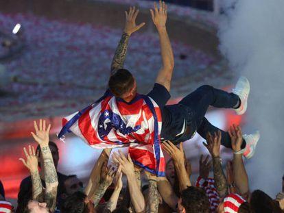 Fernando Torres, mantedado por sus compañeros en la celebración del Atlético de la Liga Europa en Neptuno.