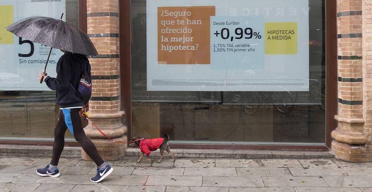 Anuncio de hipotecas en una sucursal bancaria, en Sevilla.