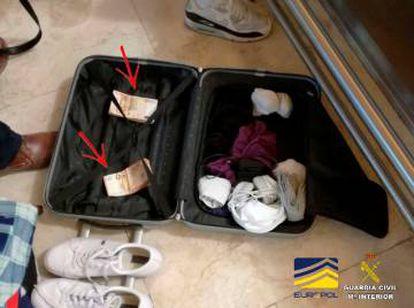 Dinero intervenido por la Guardia Civil en la maleta de uno de los detenidos