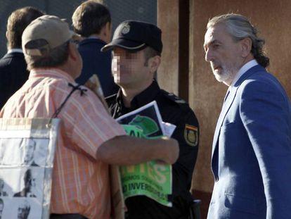 Francisco Correa es increpado por una persona a su llegada a la Audiencia Nacional.