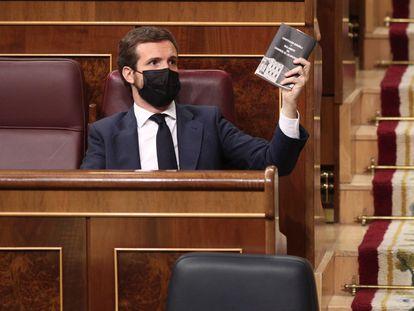 El líder del PP, Pablo Casado, muestra la Constitución Española en el pleno del Congreso del pasado 30 de septiembre.