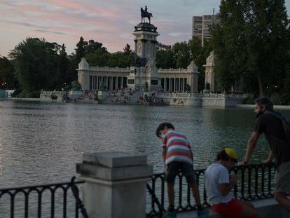 El estanque del parque del Retiro de Madrid, este sábado al atardecer.