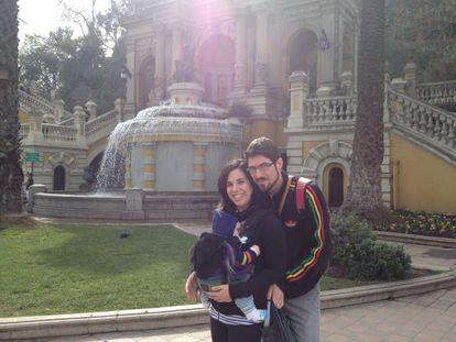 Anna Martínez Royuela con su familia en el cerro de Santa Lucía, en Santiago de Chile
