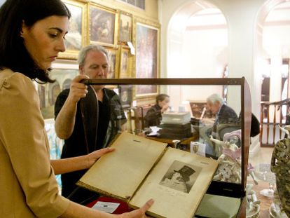 Una empleada de la galería Ansorena muestra uno de los aguafuertes de Goya que se iban a subastar.