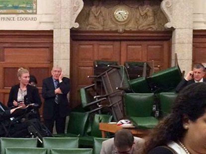 Barricada de sillas en el interior del Parlamento durante el tiroteo de este miércoles.