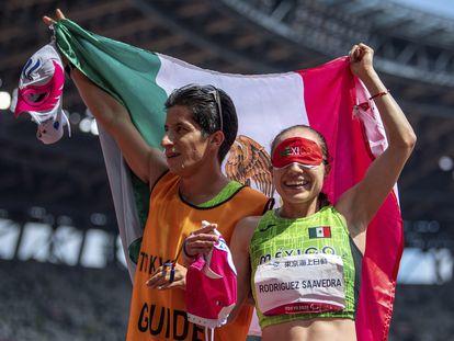 Mónica Olivia Rodriguez Saavedra y su guía Kevin Aguilar celebran el oro tras ganar en los 1.500 metros en los Juegos Paralímpicos.