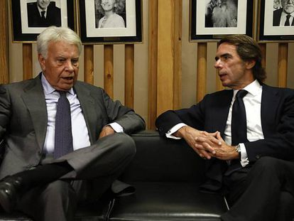 En la foto, Felipe González y José María Aznar, este jueves en el debate sobre el 40º de la Constitución en Madrid. En el vídeo, los mejores momentos del debate.