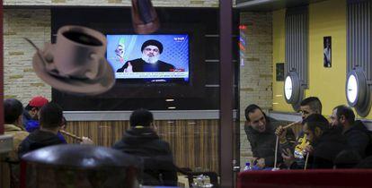Varias personas ven la televisión en un bar de Sidón (al sur del país).