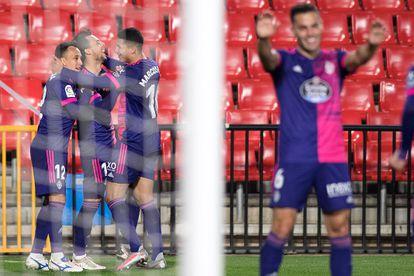 Óscar Plano y sus compañeros celebran uno de los goles al Granada.