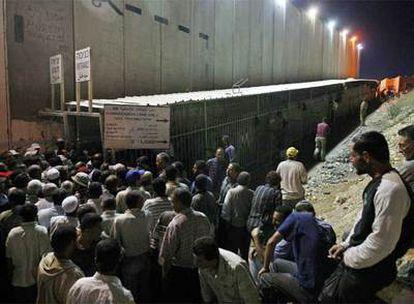 Trabajadores palestinos aguardan para cruzar el muro y entrar en Jerusalén desde la localidad cisjordana de Belén.
