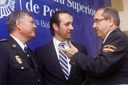 El presidente de Baleares, José Ramón Bauzá, entre el jefe superior de Policía de las Islas Baleares y el jefe de la Unidad de Coordinación.