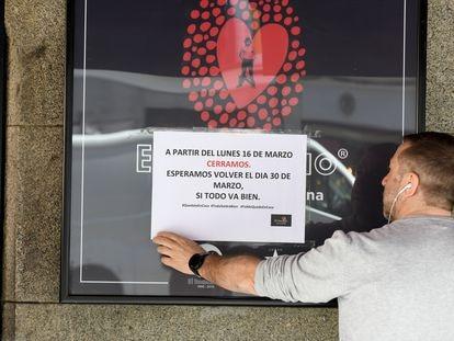 Cartel que anuncia el cierre de un bar en Madrid, el pasado mes de marzo.