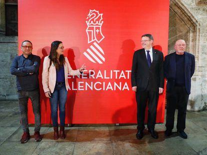 Los diseñadores Daniel Nebot (izda) y Nacho Lavernia (dcha) con Mònica Oltra y Ximo Puig ante la nueva imagen de la Generalitat.