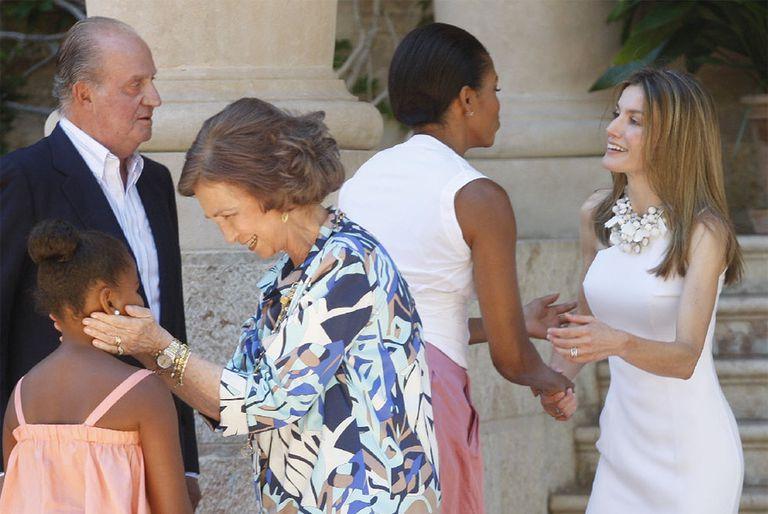 Los Reyes y la princesa Letizia intercambian saludos con Michelle Obama y su hija Sasha.