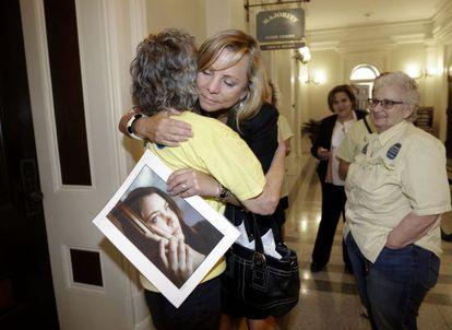 Debbie Ziegler, madre de Brittany Maynard, con una foto de su hija el pasado miércoles en el Capitolio de California.