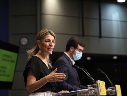 La vicepresidenta tercera del Gobierno y ministra de Trabajo y Economía Social, Yolanda Díaz, junto al secretario de Estado de Empleo, Joaquín Pérez Rey, este viernes en Madrid.