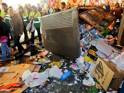 Un contenedor derribado al paso de los trabajadores de limpieza que se manifestaron por el centro.