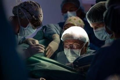 El doctor Antonio de Lacy y su equipo intervienen en el Hospital Clínic a una paciente con un tumor de recto