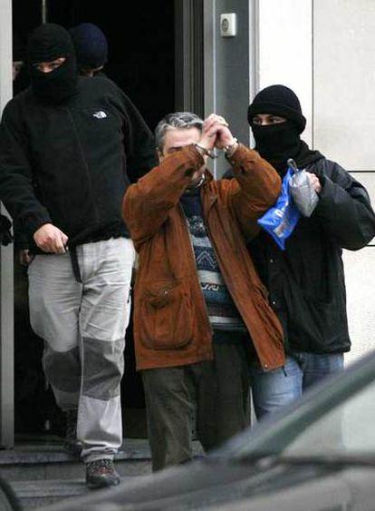El ex director del diario <i>Egin</i> Javier Salutregi, en el momento de su detención.