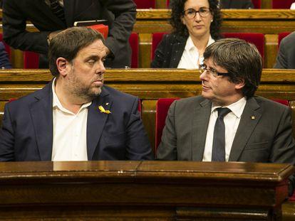 Carles Puigdemont y Oriol Junqueras en el pleno sobre la aplicación del articulo 155 en el Parlament de Cataluña.
