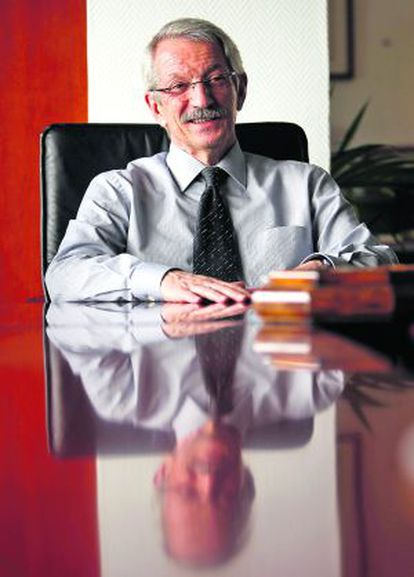 El rector de la UNED, Alejandro Tiana, en su despacho.