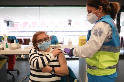 Una mujer es vacunada con una dosis de AstraZeneca en el Wanda Metropolitano de Madrid el 30 de marzo.