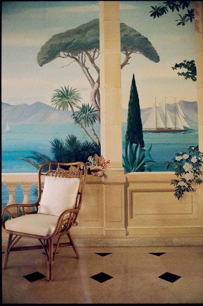 Trampantojos originales de Pierre-Marie Rubelle y sillas de bambú que recuerdan al primer mobiliario que tuvo el hotel.