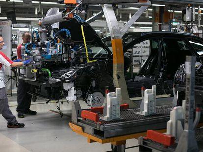 Varios trabajadores, en la fábrica de Seat de Martorell.