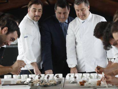 Jordi Joan y Josep Roca , en una degustación de platos típicos de varias regiones de España.