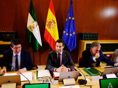 El vicepresidente de la Junta, el presidente y el consejero de Presidencia durante la reunión extraordinaria para abordar la crisis del coronavirus.