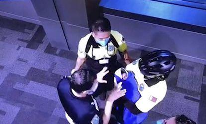 Imagen de una de las cámaras de seguridad del aeropuerto de Doha el 2 de octubre, en la que se ve a varios funcionarios cuidando de la bebé abandonada en un baño.