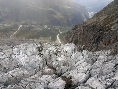 Vista del glaciar Planpincieux sobre la ladera italiana del Mont Blanc, el 26 de septiembre. Al fondo, el valle de Aosta.