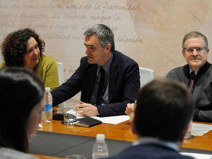 Jonan Fernández, secretario de Derechos Humanos del Gobierno vasco, en una reunión con víctimas.