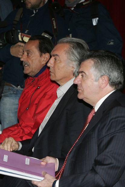 De izquierda a derecha, Julián Muñoz, Pedro Román, ex teniente de alcalde, y Juan Antonio Roca, en el banquillo por el <i>caso Incopromar</i> en 2007.