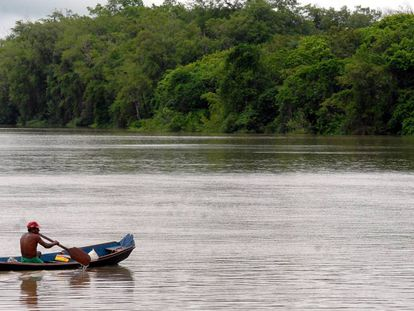 Un hombre rema en una balsa en la Amazonia brasileña.