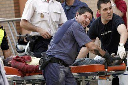 Los equipos de rescate evacúan a uno de los heridos en el siniestro.