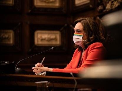 La alcaldesa de Barcelona, Ada Colau, durante el pleno de ayer