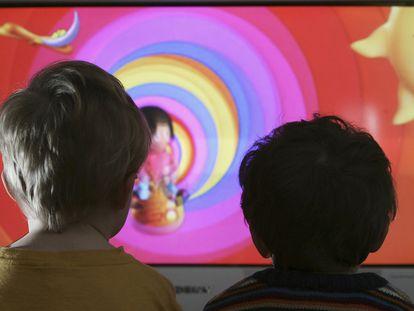 Dos niños viendo un programa de televisión infantil.