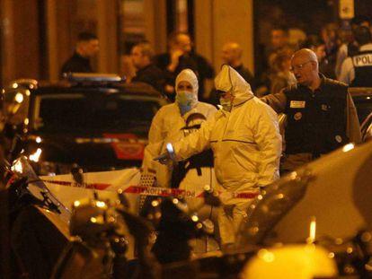 Equipos forenses analizan la zona donde se perpetró un ataque con cuchillo en París.