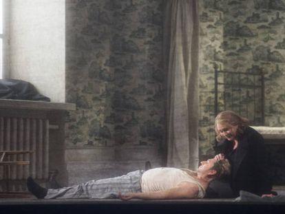 Anja Kampe (Isolda) acaricia al cadáver de Tristán (Andreas Schager) en el tercer acto de la ópera.