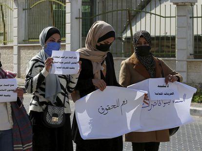 Varias mujeres protestan el pasado día 16 por las nuevas restricciones de movimiento impuestas por el Consejo de la Sharía en Gaza.
