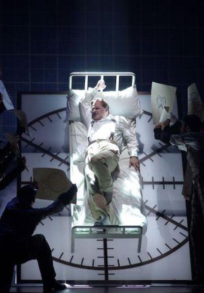 Walt Disney (Christopher Purves) en una de las escenas de la ópera 'The perfect american'.