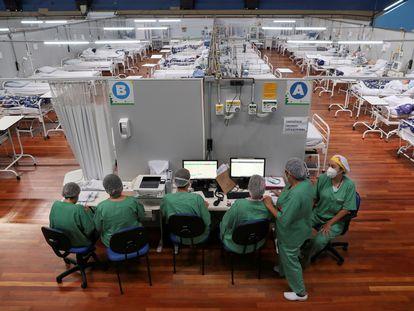 Enfermeras en un hospital montado en un gimnasio de São Paulo, esta Nochevieja.