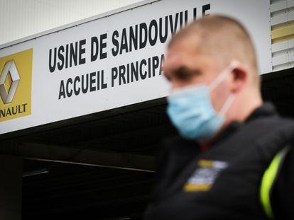 Un trabajador de la planta de Renault en Sandouville, en el noroeste de Francia